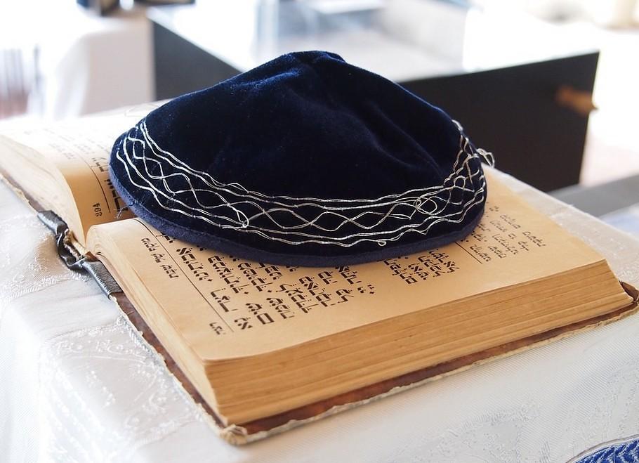 Jüdische Kippa auf einer Thora