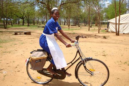 MIVA-sammelt-Spenden-f-r-Fahrr-der-mit-Erste-Hilfe-Koffer